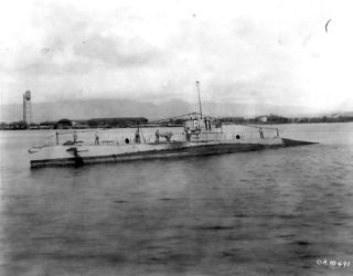 USS_R-1_at_Pearl_Harbor