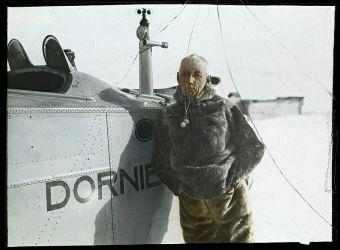 13 Amundsen ve Svalbard 1925 u svého dornieru