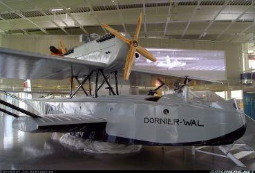 16 a Dornier-Wal replika v museu stavěná jako N 25